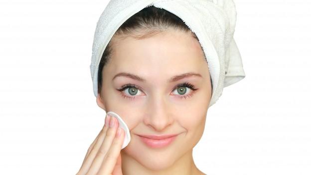 Frau reinigt ihre Haut.