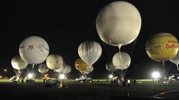 Viele Gasballone warten bis sie in die Luft gehen.
