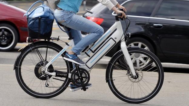 Eine E-Bike Fahrerin.
