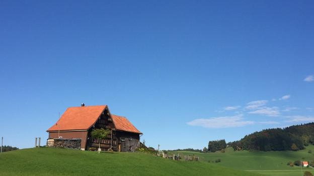 Appenzeller Bauernhaus auf einem Hügel