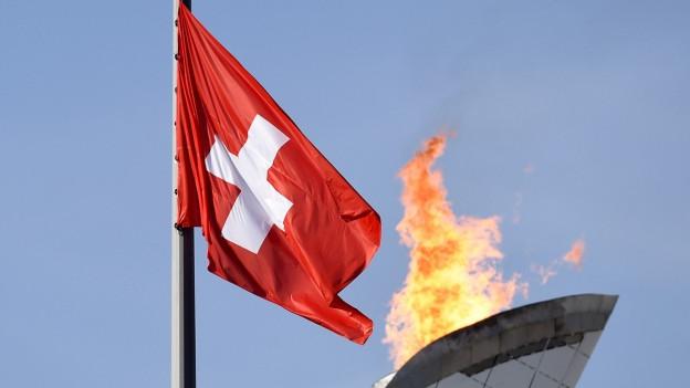 Olympia-Feuer und Schweizer Fahne.