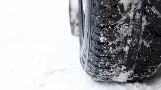 Ein Winterreifen im Schnee.