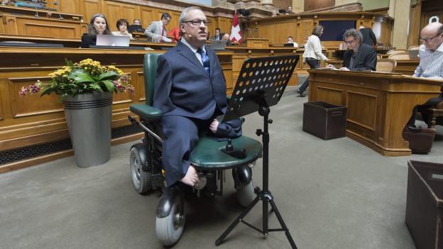 CVP-Nationalrat Christian Lohr aus dem Kanton Thurgau sitzt im Rollstuhl im Nationalratssaal