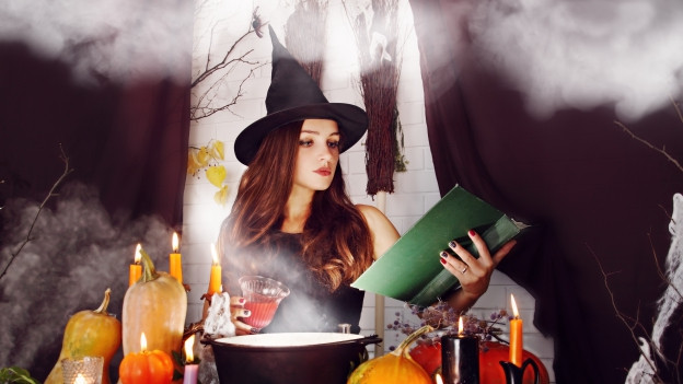 Eine junge Frau verkleidet als Hexe.