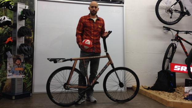 Radballer Peter Jiricek mit seinem Radballvelo.