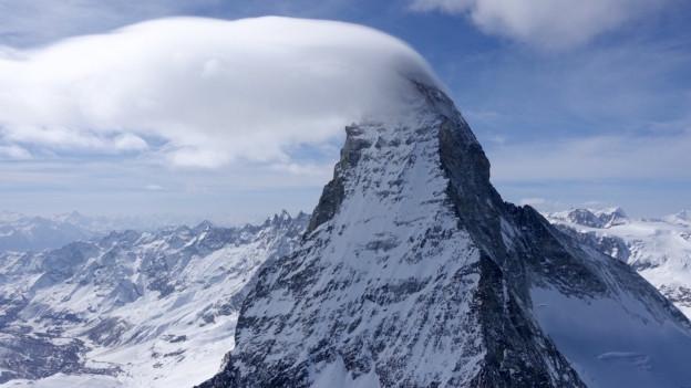 Eine Wolkenfahne am Gipfel des Matterhorns.