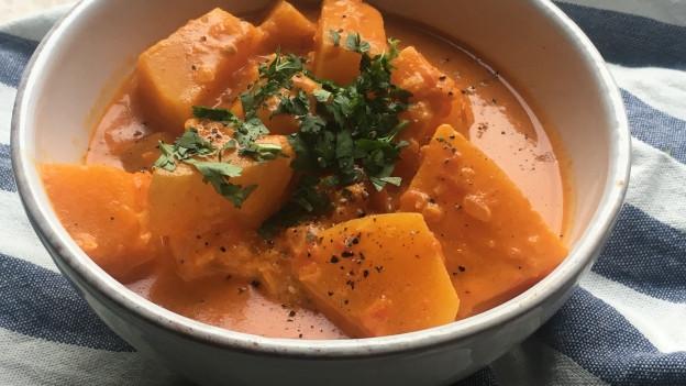 Ein Schälchen mit Kürbis-Curry.