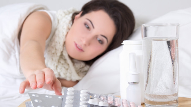 Frau greift nach Medikamenten