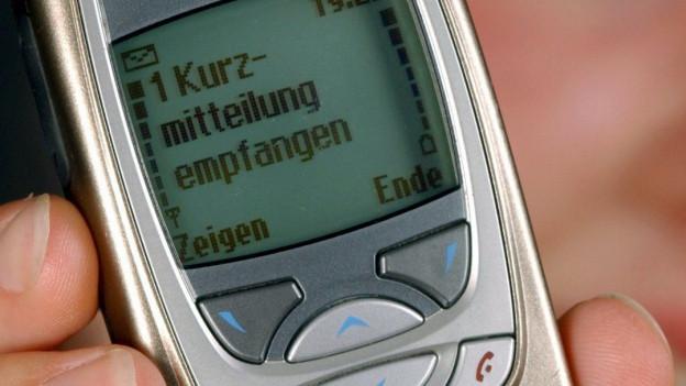 Altes Handy mit SMS auf dem Bildschirm