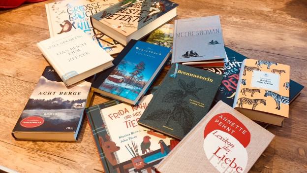 Bücher liegen kreuz und quer