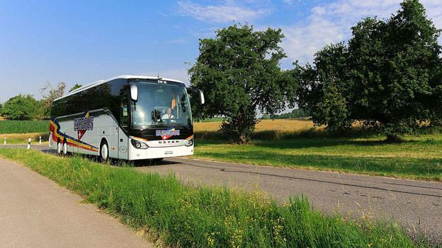 Ein Eurobus fährt auf einer Landstrasse.