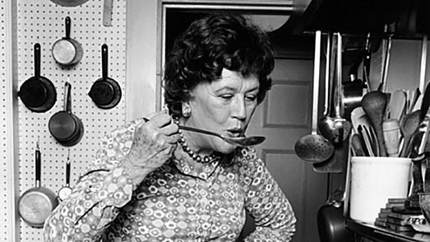 Eine Schwarz-Weiss-Aufnahme einer Köchin in der Küche.