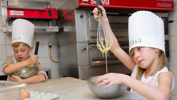 Zwei Kinder am Kochen.
