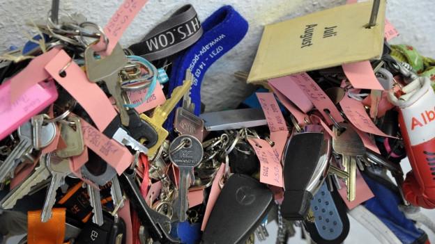 Blick auf eine Sammlung verlorengegangener Schlüssel in einem Fundbüro.