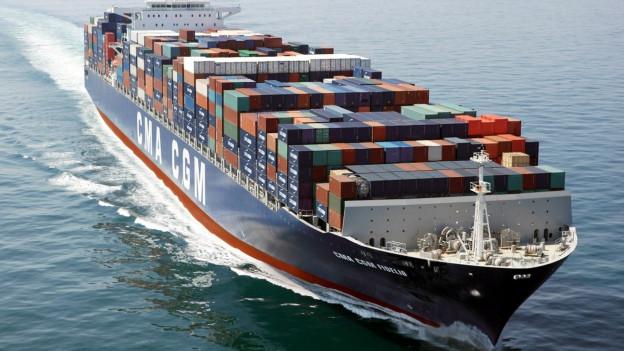 Containerschiff irgendwo auf dem Meer.