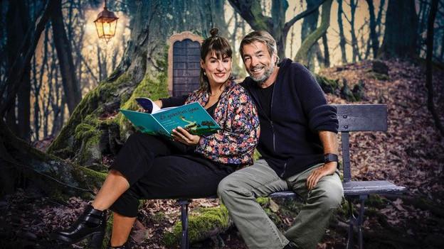 Stefan und Stefanie Gubser auf einer Bank im Wald.