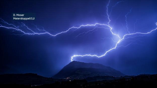 Ein Blitz schlägt links vom Rigiturm ein.
