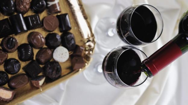 Pralinés und Rotwein.