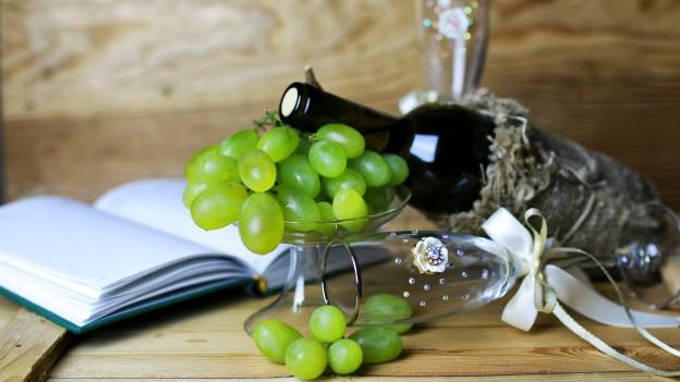 Weintrauben, Wein und Buch.