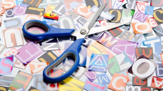 Viele ausgeschnittene Buchstaben