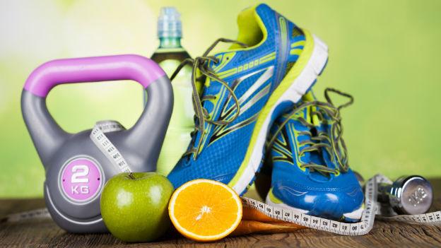 Sportgewicht, Laufschuh und gesunde Lebensmittel isoliert.
