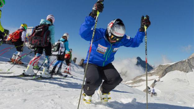 Skifahrer Beat Feuz wärmt sich auf.