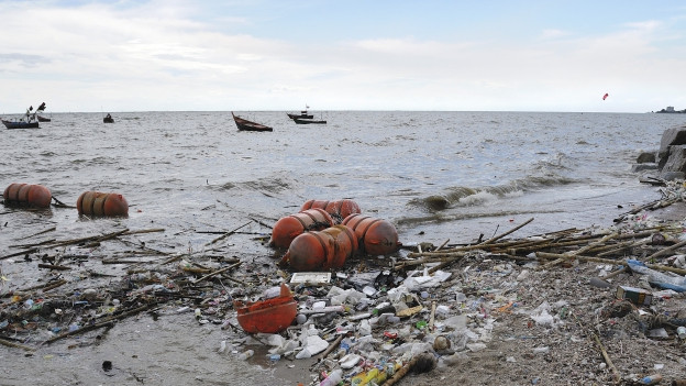 Plastikabfälle an einem Strand.