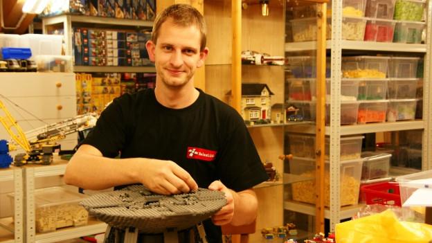 Andreas Kunz vom Schweizerischen Legoverein in seinem privaten Legoraum.