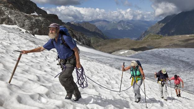 Bergführer mit einer Seilschaft.
