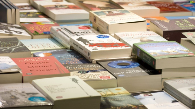 Bücherauslage in einem Geschäft