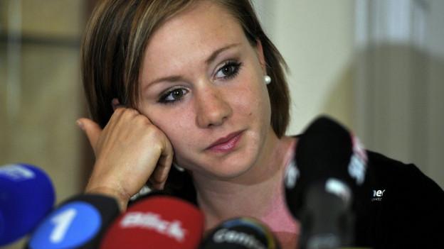 Ariella Kaeslin gibt vor den Medien ihren Rücktritt bekannt.