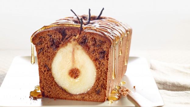 Der Kuchen ist seitwärts fotografiert, und mit etwas schnick-schnack dekoriert. Sieht lecker aus.