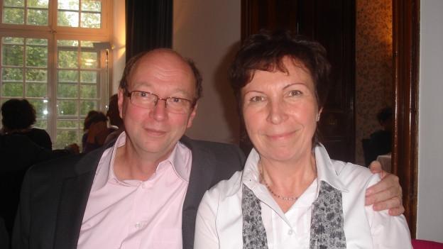 Robert Keller mit seiner Frau Eva sitzen in einem Lokal.