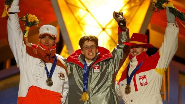 Drei Skispringen bei der Medaillenfeier.