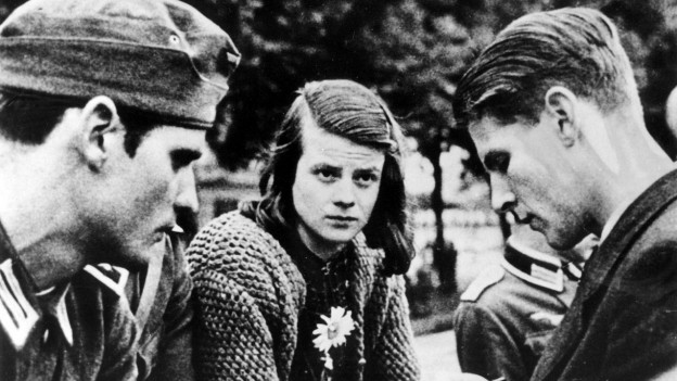 Schwarzweissbild mit einer Frau und zwei Männern.