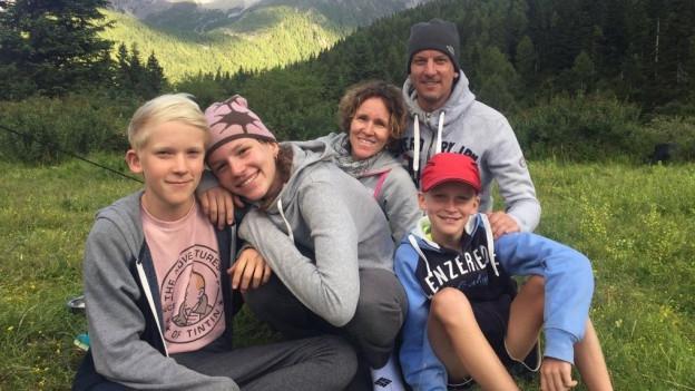 Sandra Merazzi mit ihren Mann Reto und den drei Kindern in Tibet.eten auf 4200 m.ü.M.