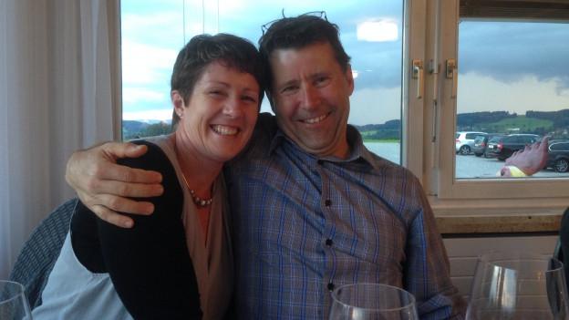 Marcel Hollenstein sitzt mit seiner Frau Sharon in einem Restaurant.