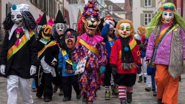 Kostümierte gehen durch die Strassen.