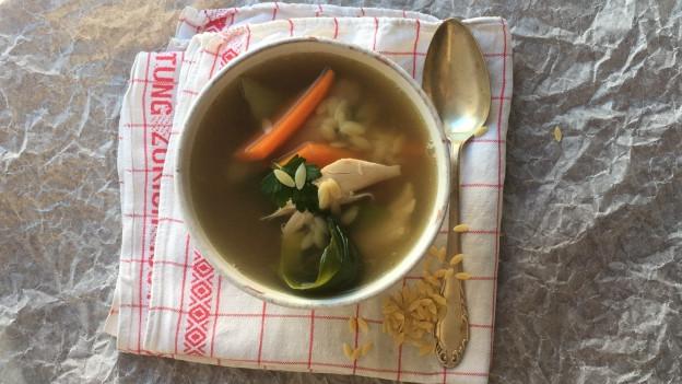 Bowl mit Hühnerbrühe, Gemüse, Suppenhuhnfleisch und Orzo-Pasta
