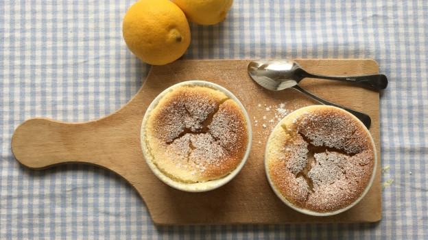 Zitroniger Pudding- Cake in einem Ramequin-Förmchen.