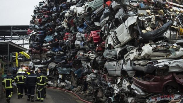 Ein Beg von ausgedienten Autos, aufeinandergestapelt.