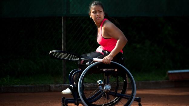 Nalani Buob spiel im Rollstuhl Spitzentennis.