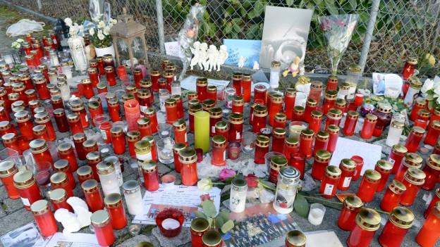 Dutzende Trauerkerzen, Bilder und Briefe für die Opfer