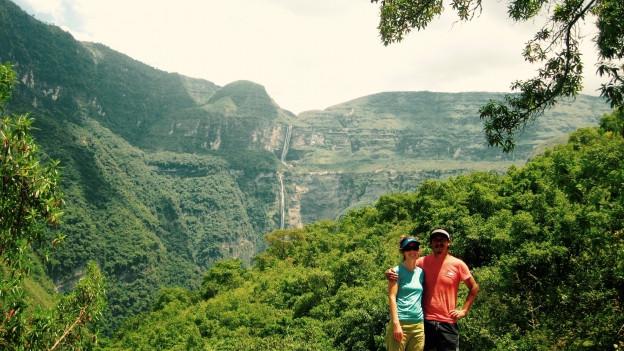 Irene Wyrsch und Ehemann Ryan im Amazonasgebiet von Peru. Im Hintergrund die berühmten Coctawasserfälle.