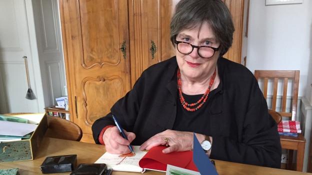 Dorothee Zürcher-Maass signiert ihre Bücher