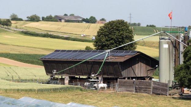 Hof mit Solarzellen auf dem Dach.