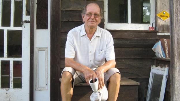 Hansruedi Wesermann sitzt vor der Haustüre
