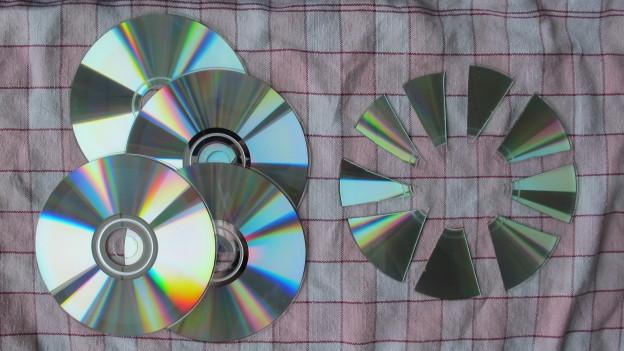 Alte und zerschnittene CDs.