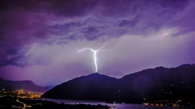 ein Blitz schlägft ein