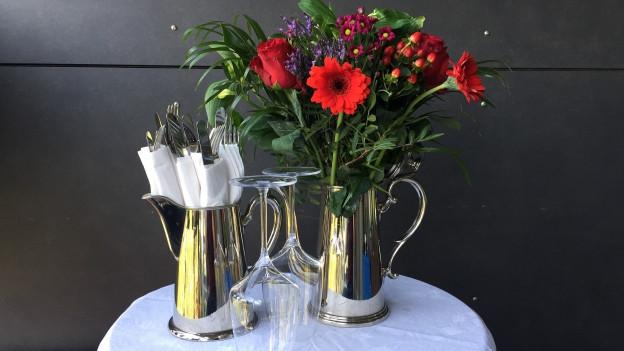 Tee- oder Kaffeekannen können mit Blumen oder Besteck bestellt werden.